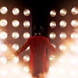Showman plecy, ręki strony Młody męski artysta estradowy, podawca lub aktor na scenie, Facet w czerwonym camisole fotografia stock