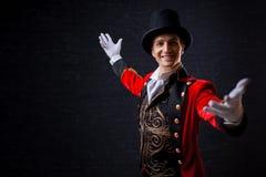 showman Ung manlig underhållare, presentatör eller skådespelare på etapp Grabben i den röda camisolen och cylindern arkivbilder