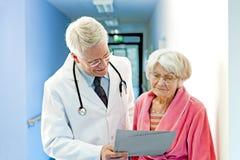 Shows Female Elderly Patient医生结果 免版税库存图片