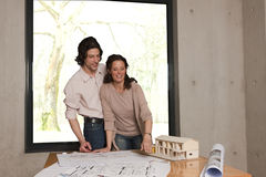 She shows him the plans Royalty Free Stock Images