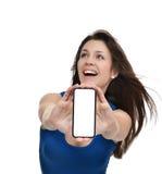 Showskärm för ung kvinna av den mobila mobiltelefonen med den tomma skärmen Arkivfoton