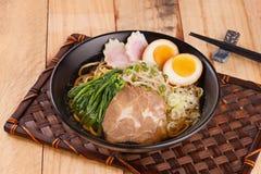 Shoyu与猪排、鸡蛋、菠菜和新芽的拉面面条在b 图库摄影