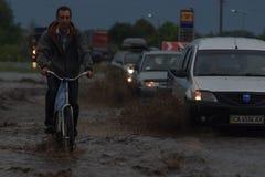 SHPOLA, UCRAINA 28 LUGLIO 2017: guida di veicoli su una strada sommersa durante l'inondazione causata da pioggia persistente, in  Fotografie Stock Libere da Diritti