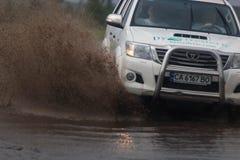SHPOLA, UCRAINA 28 LUGLIO 2017: guida di veicoli su una strada sommersa durante l'inondazione causata da pioggia persistente, in  fotografia stock