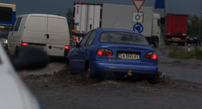 SHPOLA, UCRAINA 28 LUGLIO 2017: guida di veicoli su una strada sommersa durante l'inondazione causata da pioggia persistente, in  immagine stock libera da diritti