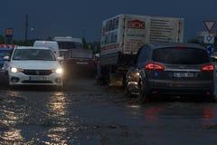 SHPOLA, UCRAINA 28 LUGLIO 2017: guida di veicoli su una strada sommersa durante l'inondazione causata da pioggia persistente, in  immagini stock