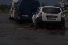 SHPOLA, UCRAINA 28 LUGLIO 2017: guida di veicoli su una strada sommersa durante l'inondazione causata da pioggia persistente, in  Immagine Stock
