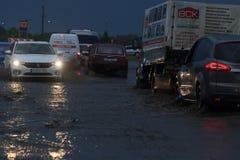 SHPOLA, UCRAINA 28 LUGLIO 2017: guida di veicoli su una strada sommersa durante l'inondazione causata da pioggia persistente, in  Fotografia Stock Libera da Diritti