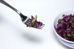 Shredded красная капуста в шаре на белой предпосылке vegetarian еды здоровый Стоковое Изображение RF