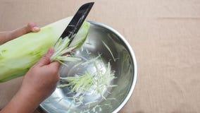 Shredding зеленая папапайя традиционно ножом, отрезая шаг видеоматериал