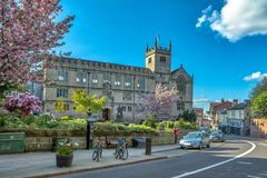 Shrewsbury-Bibliothek und Statue von Charles Darwin stockbild