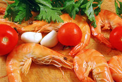 Shrimp 001 bis. 001 bis: Cook the garlic prawns with tomato and parsley Stock Photo