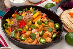 Shrimp Fajitas In Cast Iron Skillet Royalty Free Stock Images