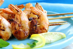 Shrimp grilled on wooden skewers with lemon Royalty Free Stock Photos