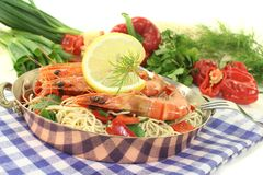 Shrimp with mie noodles and coriander Royalty Free Stock Photos