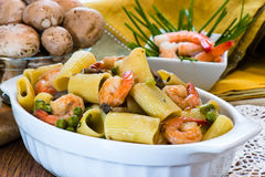 Shrimp and Mushroom Pasta in ceramic clay pot Royalty Free Stock Images