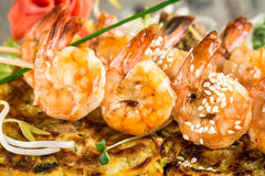 Shrimp skewers on vegetable omelette Royalty Free Stock Images