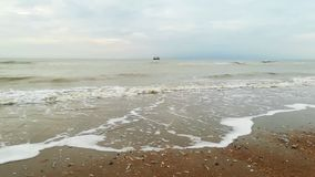 Shrimper dichtbij het strand stock footage