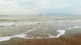 Shrimper vicino alla spiaggia stock footage