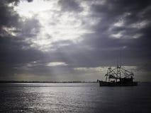 Shrimping fartyg under molnig dag fotografering för bildbyråer