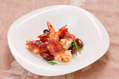 Shrimps with bacon, olives and rosemary Royalty Free Stock Photos