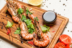 Shrimps with lemon and sauce Royalty Free Stock Images