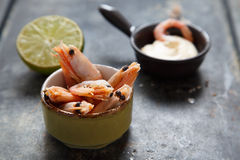 Shrimps with lime Royalty Free Stock Images