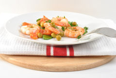 Shrimps with mangetout pea Stock Photography