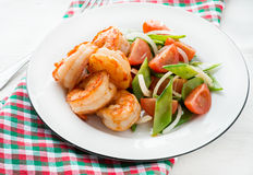 Shrimps (prawns) and snow peas and tomato salad Royalty Free Stock Images