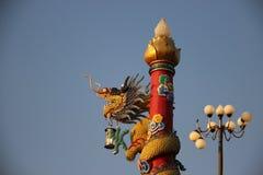 shrine Lâmpada e Dragon With Blue Sky Background colorido imagens de stock royalty free