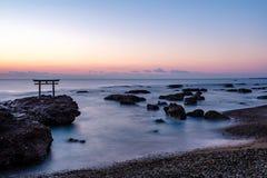 Shrine l'alba del portone alla città di Oarai del mare, Ibaraki fotografie stock libere da diritti