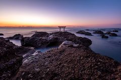 Shrine l'alba del portone alla città di Oarai del mare, Ibaraki fotografia stock libera da diritti
