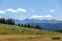 Shrine la traccia di escursione della montagna, Colorado che guarda verso Gore Range Immagini Stock