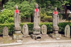 Shrine las estatuas en Japón foto de archivo