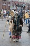 Shrove iklädda tappningdräkter för folk och läskiga maskeringar på rysk nationell festival` ` på revolutionfyrkant i Moskva Arkivfoton