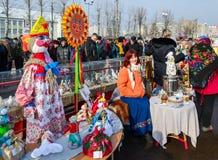 Shrovetide庆祝 陈列Shrovetide玩偶和鸽子 免版税库存照片