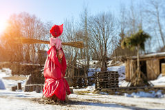 Shrovetide秸杆稻草人在烧前的 图库摄影