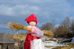 Shrovetide秸杆稻草人在烧前的 库存图片