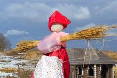 Shrovetide秸杆稻草人在烧前的 库存照片