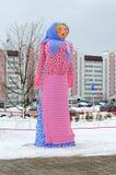 Shrovetide稻草人反对城市大厦背景的在薄煎饼星期,戈梅利,白俄罗斯的庆祝的 库存照片