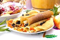 Shrovetide,薄煎饼星期,节日膳食 与红色和b的薄煎饼 免版税库存图片