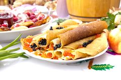 Shrovetide,薄煎饼星期,节日膳食 黑色鱼子酱庆祝民间节假日maslenitsa薄煎饼红色宗教俄语 土气样式 免版税库存照片