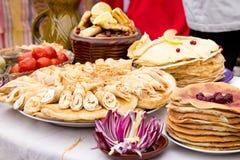 Shrovetide,薄煎饼星期,节日膳食 黑色鱼子酱庆祝民间节假日maslenitsa薄煎饼红色宗教俄语 土气样式 图库摄影