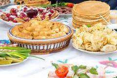 Shrovetide,薄煎饼星期,节日膳食 黑色鱼子酱庆祝民间节假日maslenitsa薄煎饼红色宗教俄语 土气样式 免版税库存图片