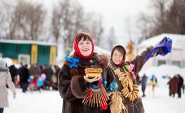 在Shrovetide期间的女孩戏剧在俄罗斯 免版税库存照片
