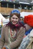 Shrovetide beröm i Moscow Den unga rödhårig manflickan ler på en man royaltyfria foton