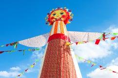 Shrovetide en Russie Grande poupée pour le burning sur le ciel bleu b Images stock
