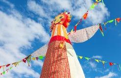 Shrovetide en Russie Grande poupée pour le burning sur le ciel bleu b Photos libres de droits