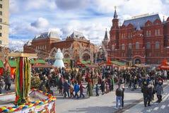 Shrovetide i Moskva på den Manege fyrkanten Barndans i en cirkel Royaltyfria Foton