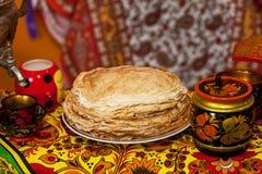Shrovetide Russische pannekoeken Stock Afbeeldingen
